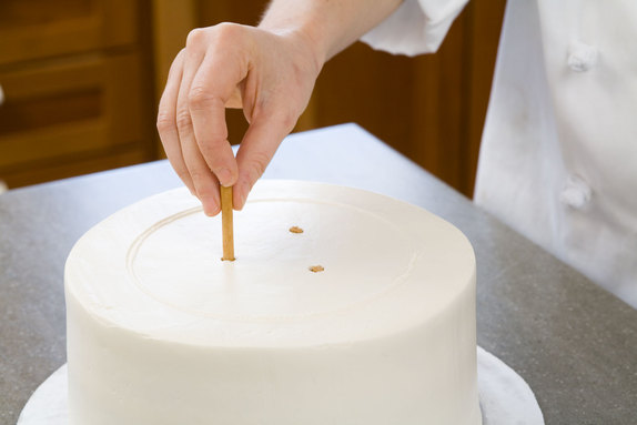 Stacking A Cake Using Dowels